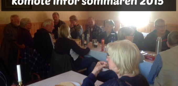 De flesta som var med på komötet samlade kring bordet.